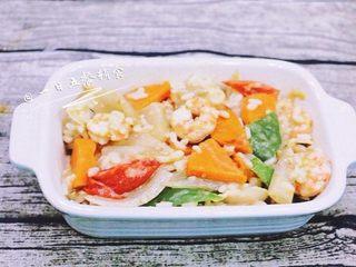 鲜虾芝士焗饭,混合好的直接铺在烤碗里,这个菜和饭要有点湿度,不能太干,一会还要烤,还会烤掉点水分。