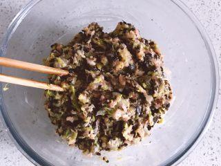 鲜虾时蔬小馄饨,搅拌均匀