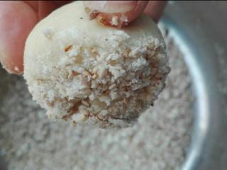 蜂蜜脆底小面包,醒发好的小面团再次揉圆,底部沾点水,放入底层装饰中,沾上做好的芝麻(如图所示)
