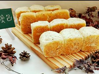 蜂蜜脆底小面包,底下脆脆的,香香的呦~~