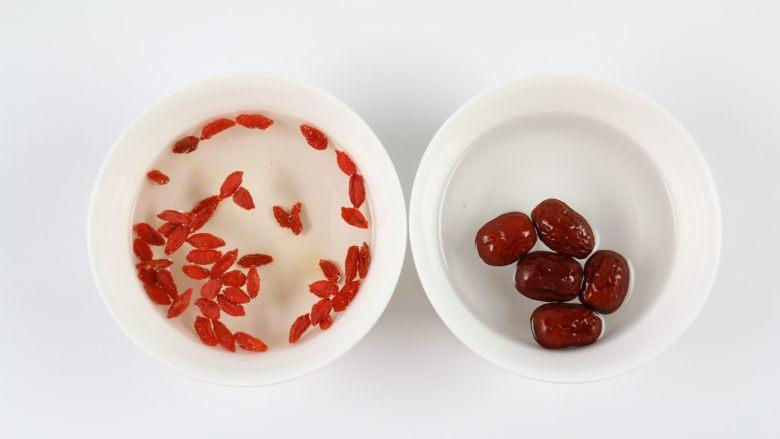 银耳木瓜糖水,枸杞、红枣分别加水,清洗干净。