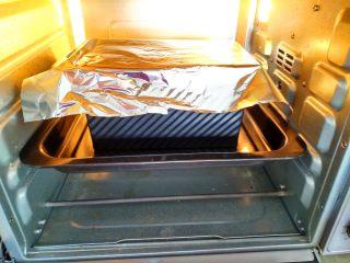 全蛋吐司,烤箱上下火150度。烘烤35分钟。之前烤20分钟吐司盒盖上锡箔纸。