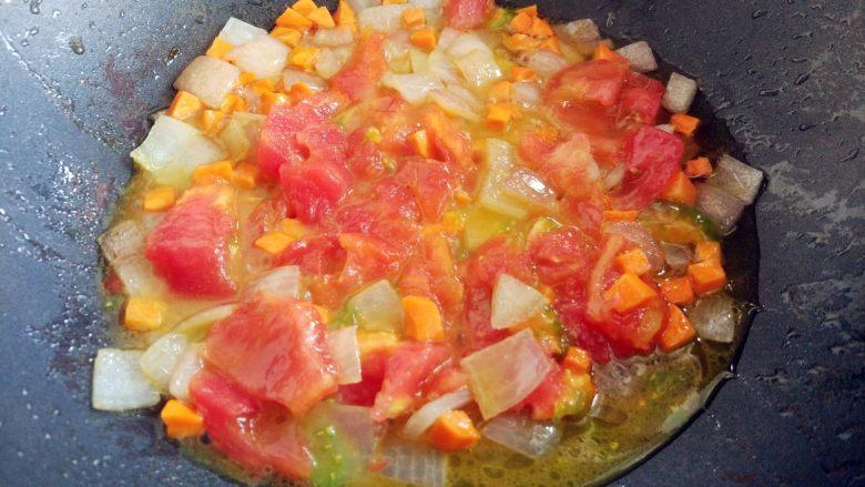 西红柿土豆炖牛肉,放入削成大块的西红柿