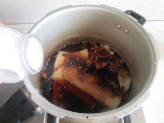 青椒洋葱炒牛肚丝,加入2勺老抽和少许的盐;