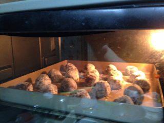 可可裂纹曲奇,送入已经预热好180度的烤箱中、中层、烘烤15-20分钟。