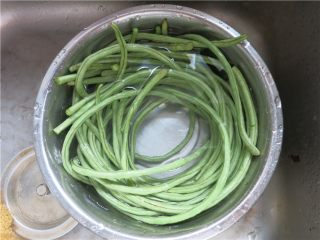吃豇豆还用麻汁?快来试试这个--手撕豇豆,洗净放盆里泡15分钟