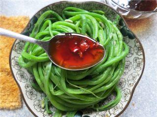 吃豇豆还用麻汁?快来试试这个--手撕豇豆,撕好的豇豆条放在盘子里,将汤汁浇在上面