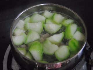 丝瓜肉丸汤,煮到丝瓜变软即可