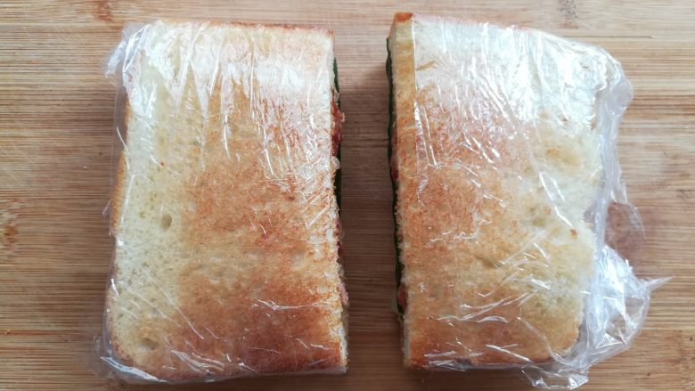 培根芝士三明治,从三明治的中间i切开就可以了