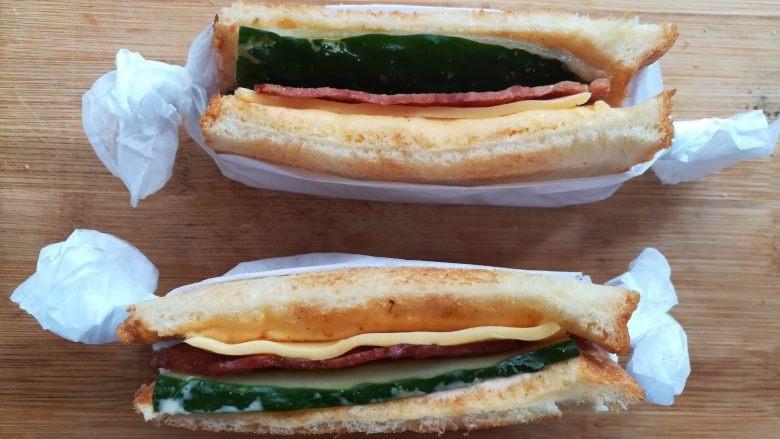 培根芝士三明治, 用薄的油纸做一个简单的口袋,放上三明治