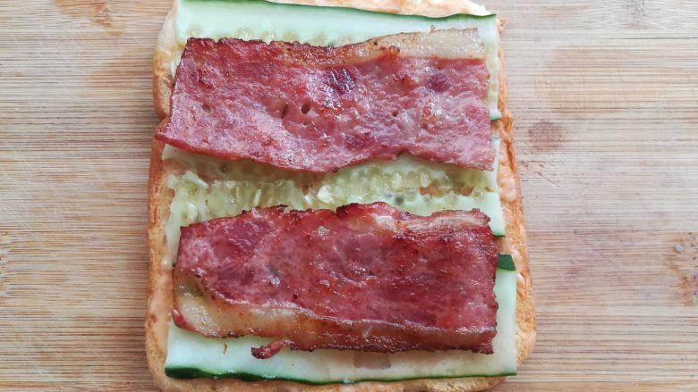 培根芝士三明治, 把培根放在黄瓜片上