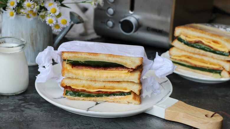 培根芝士三明治,前后十分钟就可以开吃了,搭配酸奶好消化