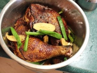 山东烧鸡,将炸好的鸡腿放入腌料:姜、葱、花椒、八角、绍兴酒、酱油