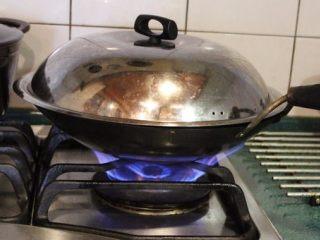 山东烧鸡,入锅大火蒸约25-30分钟。(鸡腿大只,或多只就多蒸一下)。 也可用电饭锅蒸(外锅水2杯,跳起后焖一下)。