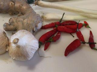 山东烧鸡,葱切末、姜切末、蒜头拍碎切末、辣椒切碎,备用。