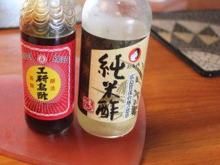 山东烧鸡,黑醋香醇但不够酸,加白醋是为了增加酸味。这道酱汁要酸、香、麻、辣都到位才够劲,所以不怕酸辣的,可斟酌多放一些。