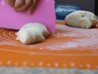 豆沙包,将面团分成均匀的小面团。