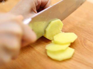 莲藕花生排骨汤, 姜去皮,切片。