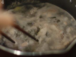 莲藕花生排骨汤,水开后继续煮一分钟,把血沫煮出来。