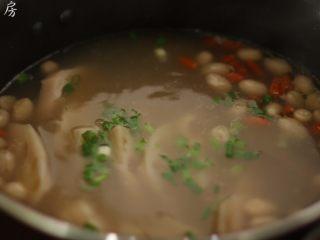 莲藕花生排骨汤,起锅前撒入葱花即可。