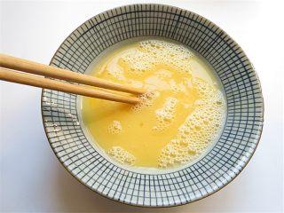 黄金香辣脆饼,将鸡蛋液搅拌均匀