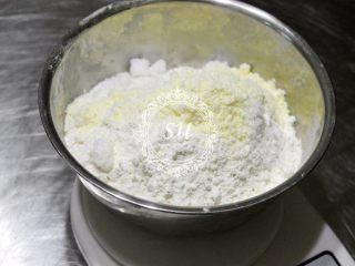 附手揉示范图-材料简单味道脱俗的白吐司,酵母+水,秤量好后放一边备用。秤量配方中除黄油之外的其他粉类材料。水量建议预留10g,根据自己的面团吸水状态酌情加减