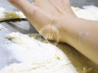 附手揉示范图-材料简单味道脱俗的白吐司,使用的是手掌肚的位置,以底部一点为中心,以扇形分布快速地向前推出。全部推出后用铲面板把面铲回。推面时身体的力量都集中在掌肚的位置