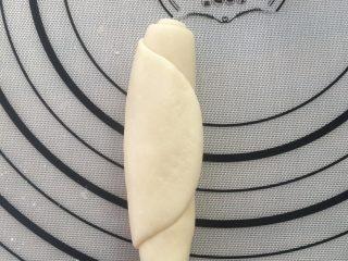 香酥绿豆饼,卷起,松弛10分钟。