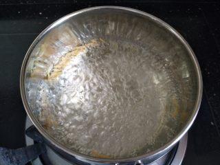 洋葱猪肉馄饨,煮沸后加入适量盐调味