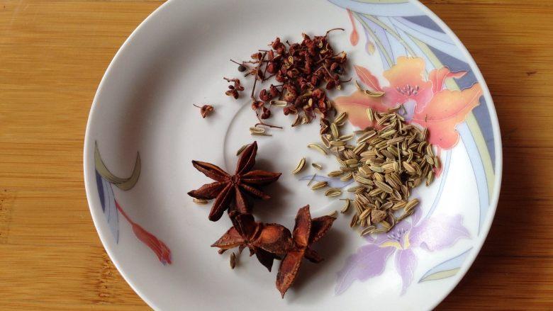 盐焗鲜花生米,准备香料