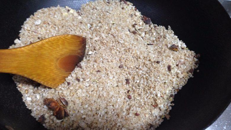 盐焗鲜花生米,中小火慢慢翻炒至温热