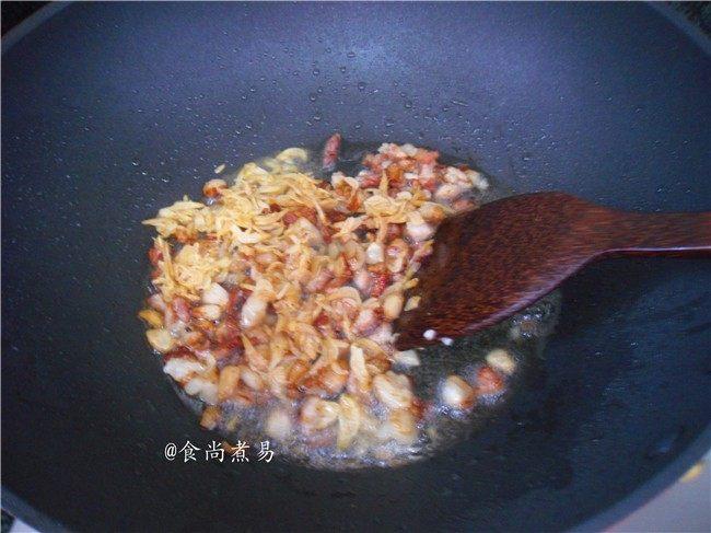 广式芋头糕,炒至五花肉焦黄色后,倒入虾皮煸香