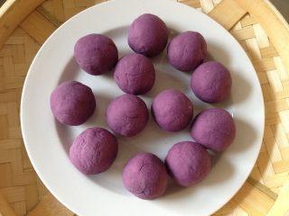 紫薯开花馒头,将醒好的紫薯面团分成大小均匀的剂子,并搓圆