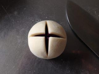 紫薯开花馒头,收口朝下,并在馒头顶部用刀划十字(如图)