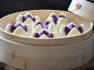 紫薯开花馒头,热气腾腾的紫薯开花馒头就蒸好了,在饱口福的同时也饱了眼福!