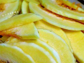 南瓜焖饭, 南瓜切成0.2cm左右的薄片,姜切成颗粒。