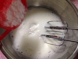 玉枕蛋糕,继续打发至蛋白细腻时再加入三分之一的糖