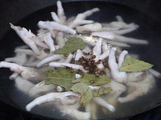 凉拌鸡脚,加香叶,花椒,姜,料酒入锅煮,水开后中大火煮15分钟。