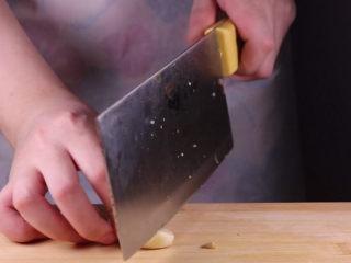 教你一个茄子的新吃法,又香又好吃一看就会,取几颗大蒜,将大蒜剁成肉末备用。取两条茄子,将茄子去蒂。