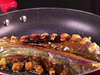 教你一个茄子的新吃法,又香又好吃一看就会,将茄条煎至两面焦黄即可出锅。
