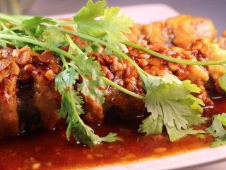 教你一个茄子的新吃法,又香又好吃一看就会,上桌前,加上几个香菜做点缀,这样一盘湘色味俱全的肉酿茄条就做好啦。