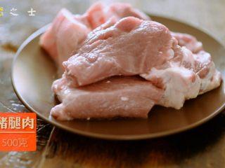 笃出春天的味道,超满足的徽菜——腌笃鲜,猪肉焯水去掉血污后,切成厚片备用