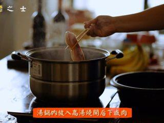笃出春天的味道,超满足的徽菜——腌笃鲜,锅内加入高汤,烧开后,放入浸泡好的咸肉