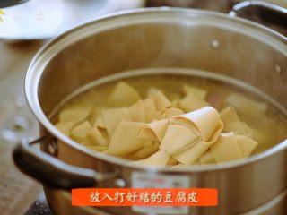 笃出春天的味道,超满足的徽菜——腌笃鲜,将打好结的豆腐皮和春笋放入锅中