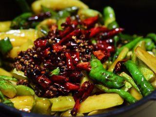 酱腌黄瓜,再放和煸香的花椒和干红辣椒;