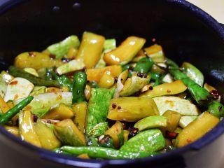 酱腌黄瓜,拌匀后密封保存,2天后即可食用。