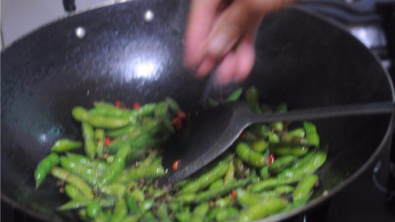 香辣盐水毛豆,放入几颗花椒
