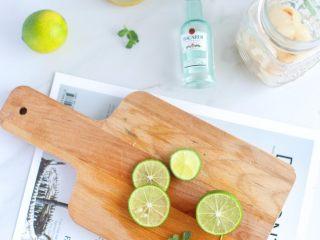 荔枝青柠朗姆酒,将青柠切成片 夏日必备小水果就是小青拧了 蜜渍或盐渍,做饮料或做料理都少不了 而且保质期特别长