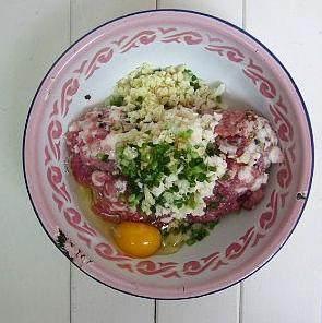 金钱碧波丸子,荸荠去皮,切成小碎粒,葱切成葱花,姜和蒜去皮切茸放进剁好的猪肉里,将鸡蛋打入肉馅