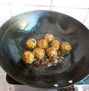 金钱碧波丸子,将汤汁调料倒进碗里,搅匀后倒进锅里,再倒入炸好的丸子,大火收浓汁即可